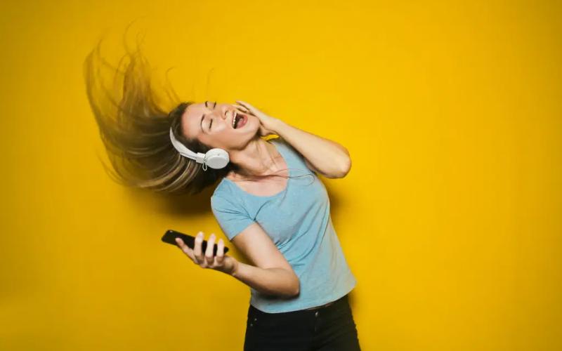 femme qui écoute de la musique sur son téléphone