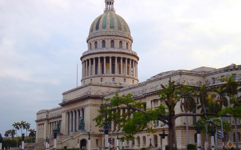 Vue du dôme blanc d'un bâtiment de Cuba  sur fond de ciel bleu