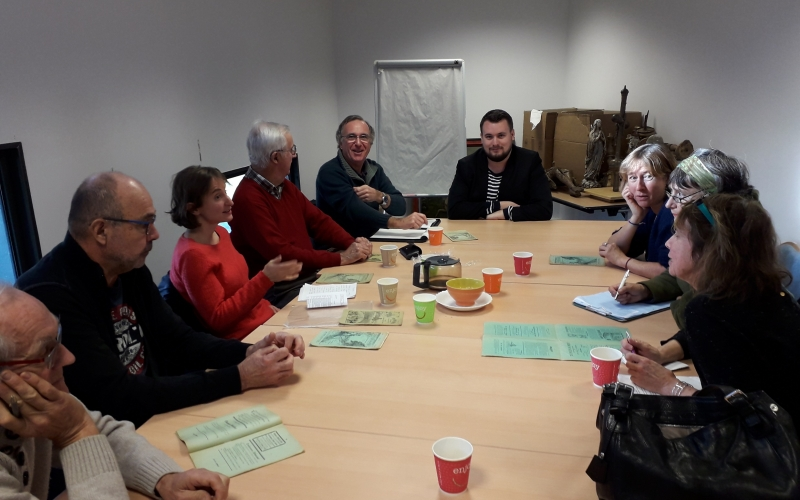 Groupe de personne parlant breton autour d'un café