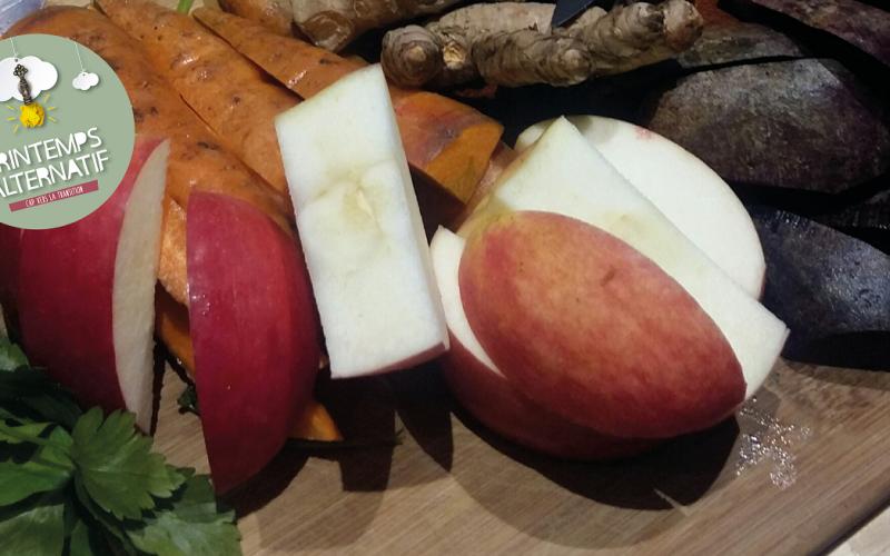 Pomme coupée en morceau et son jus