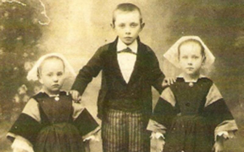 Photo ancienne d'enfants en costume traditionnel breton