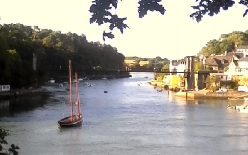 Photographie d'une vue sur le port du Bono, le forban et le vieux pont