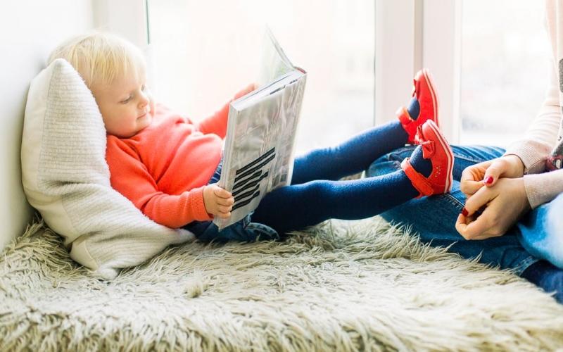 jeune enfant avec un livre