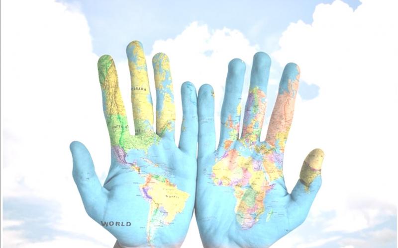 Deux mains peintes comme une mappemonde